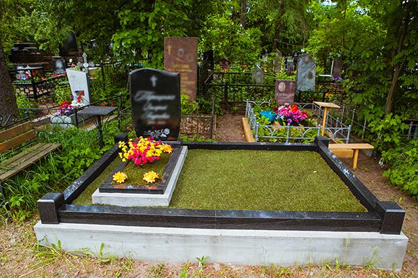 Двойной участок Красносельского кладбища